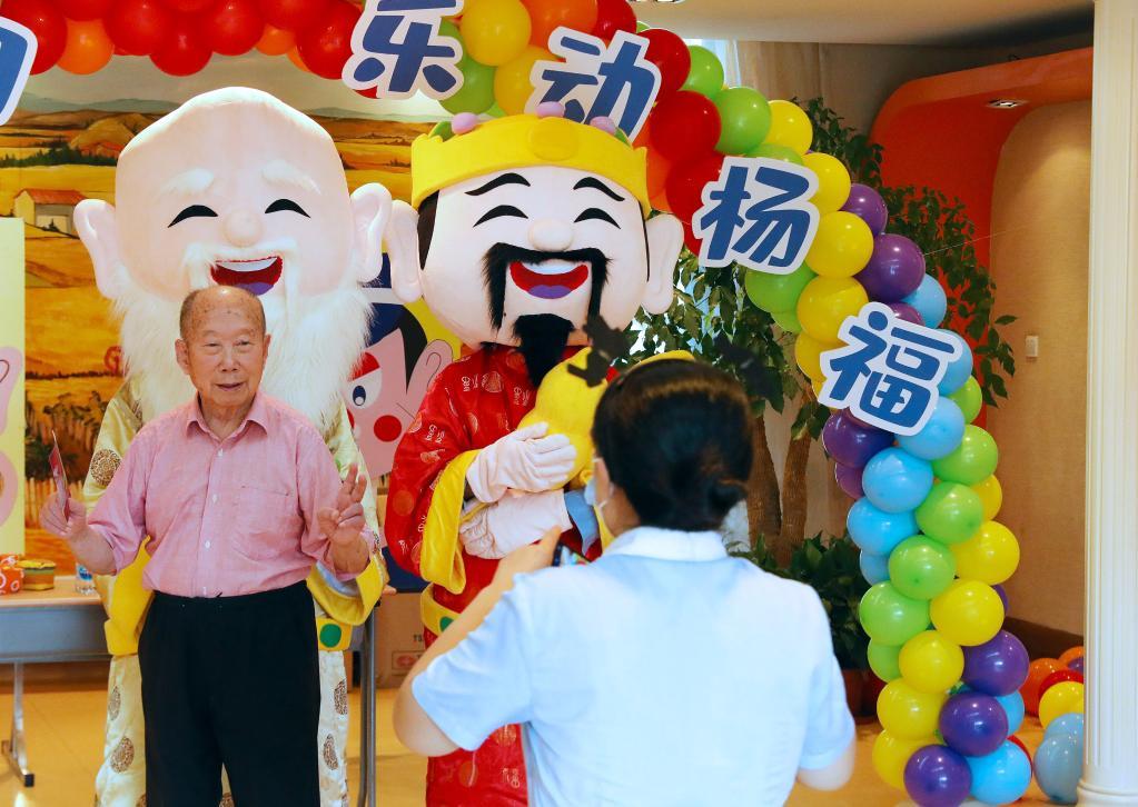 上海:旋转木马小火车 重阳游园会欢乐多