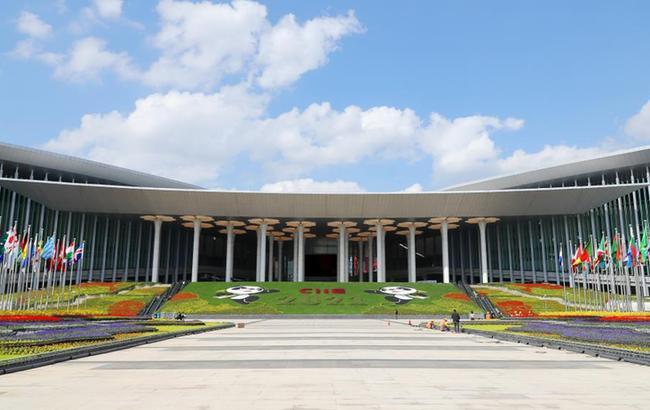 第四届进博会:国家会展中心(上海)南广场装饰一新